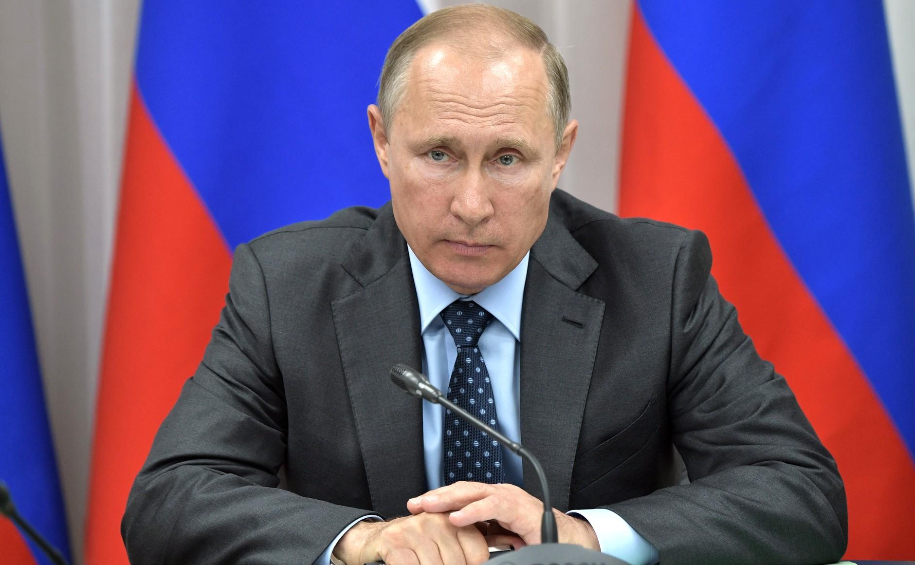 Путин поручил установить доплаты медработникам за борьбу с коронавирусом