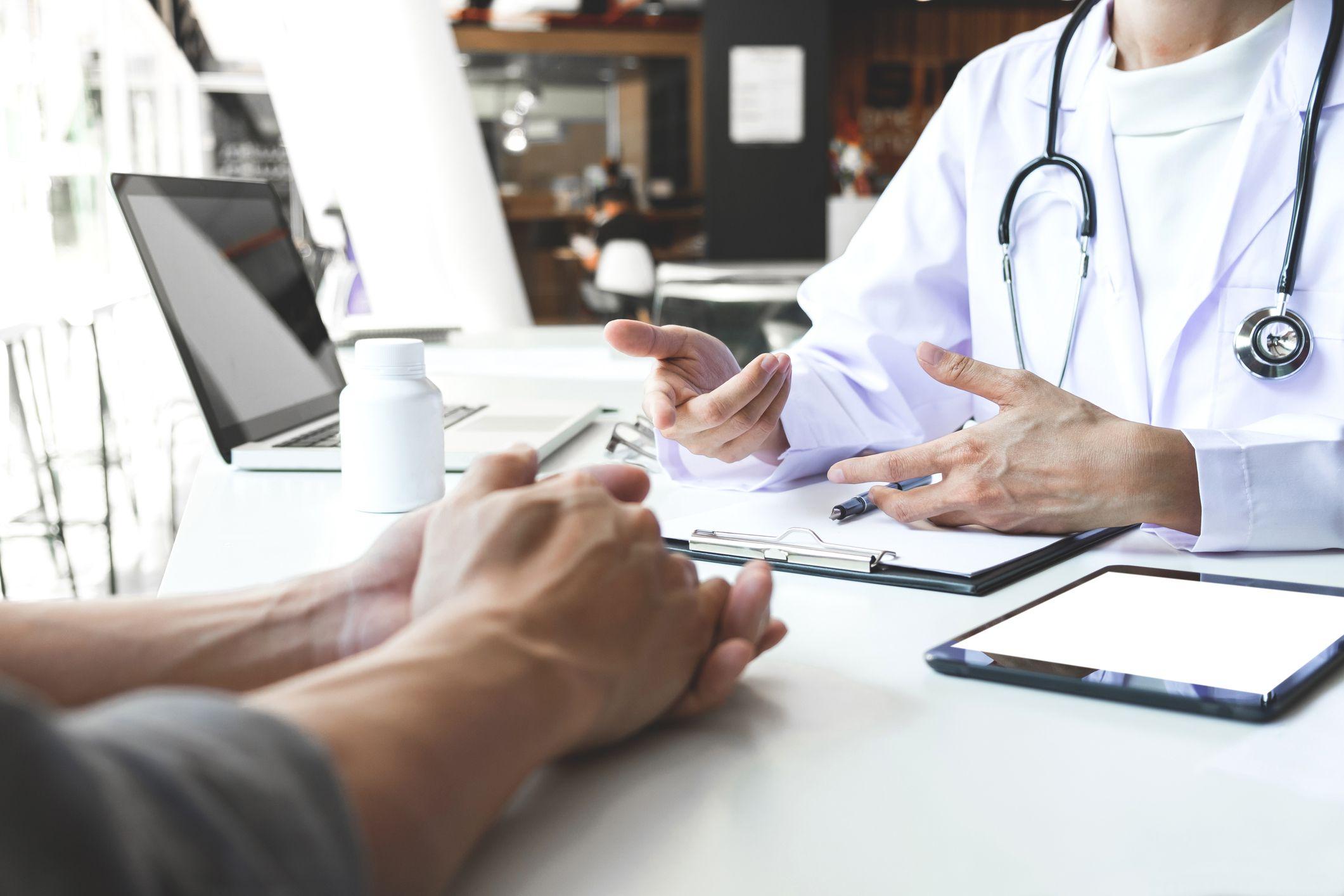 «100 пациентов в день»: петербургских терапевтов обязали еженедельно осматривать пожилых и инвалидов