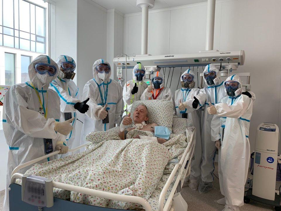 94-летний пациент с коронавирусом начал сам дышать после 28 дней на ИВЛ