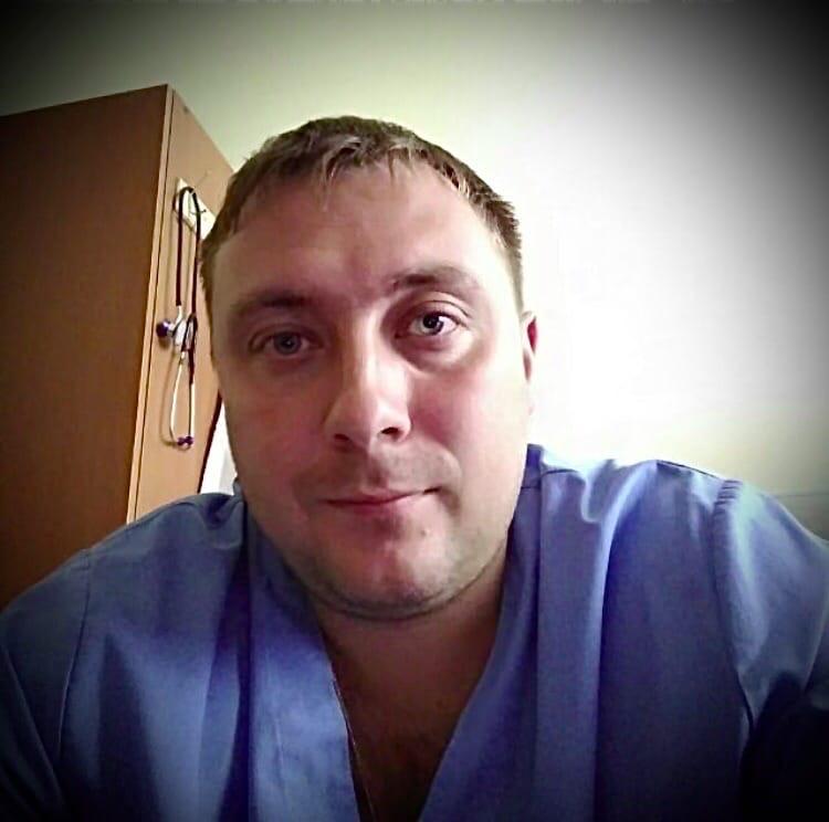 Хирург Ступинской областной клинической больницы Алексей Мартынов, который возглавлял группу врачей, работающих с коронавирусными пациентами, умер от COVID. Состояние резко ухудшалось, врача подключили к ИВЛ, но это не помогло. У него остались трое детей. По данным медучреждения, 17 апреля хирург стал заведующим михневского отделения. Он не успел отработать двухнедельную смену, как заболел коронавирусом.