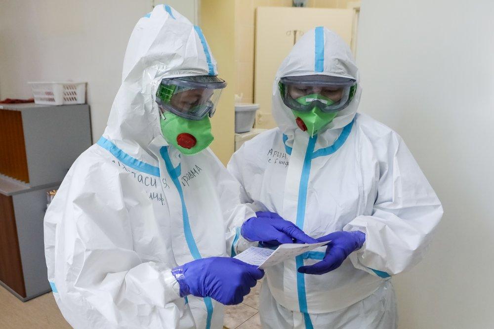 В Госдуме предложили применить льготы военных к работающим с COVID-19 медикам