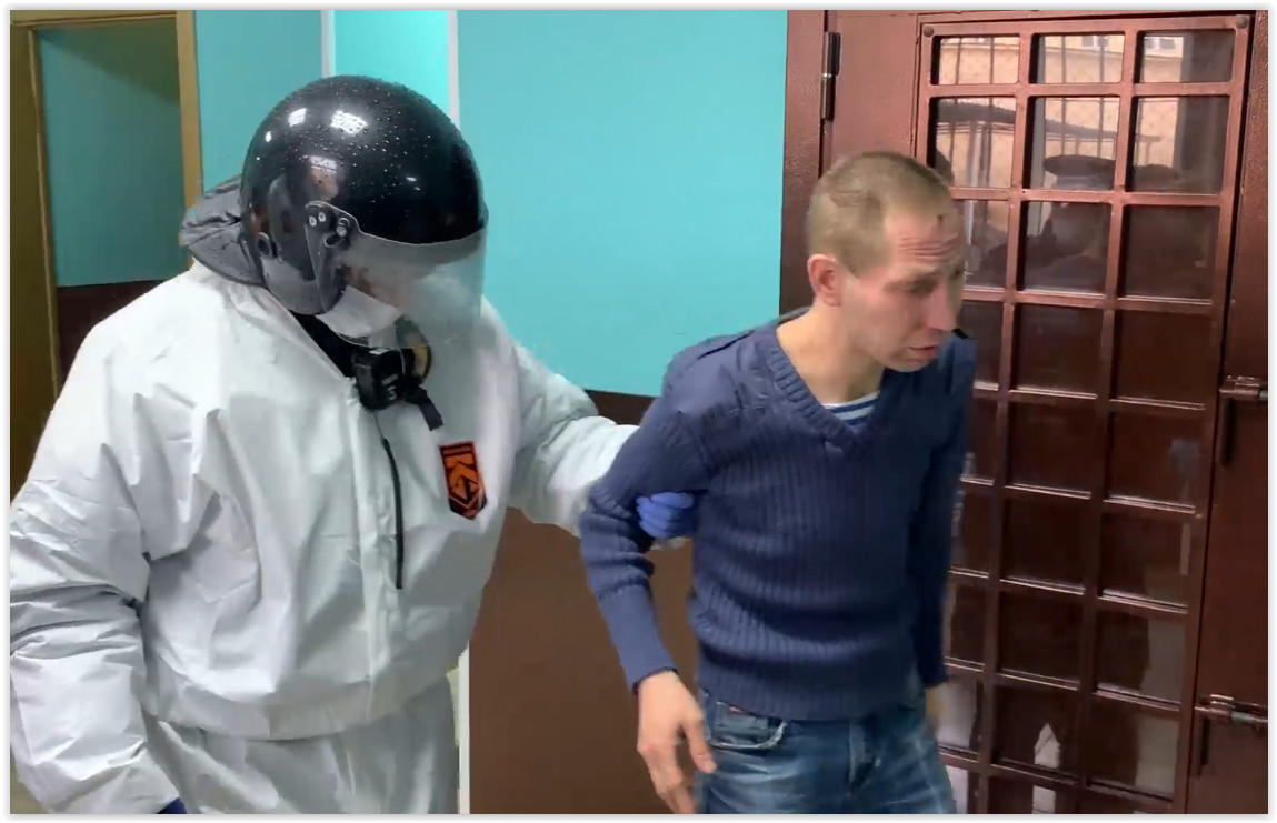 Петербуржец напал на врача «скорой» и порвал на нём защитный костюм