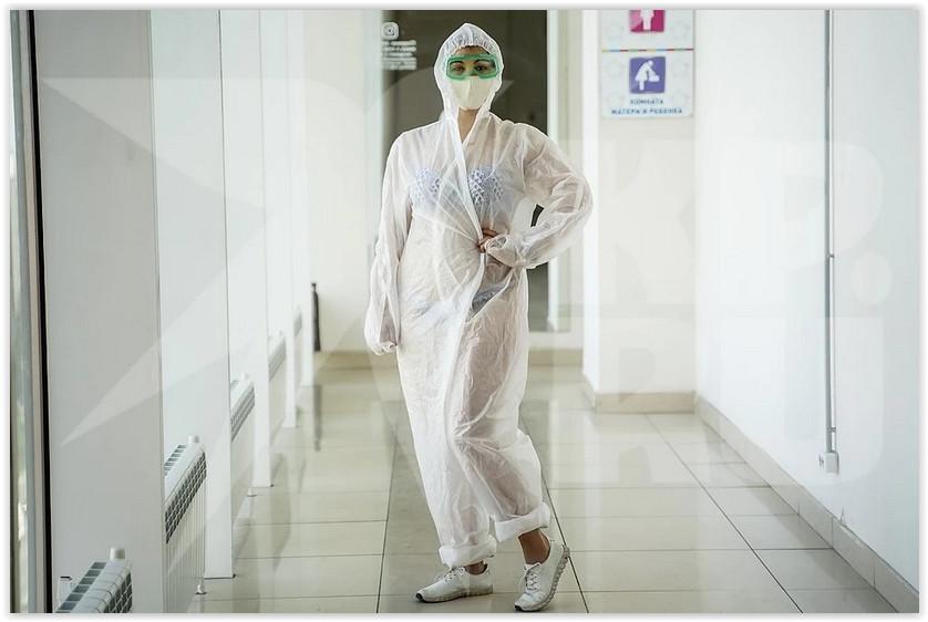 Жители Самары устроили фотосессию в защитных костюмах поверх купальника, чтобы поддержать тульскую медсестру, фото которой облетело СМИ по всему миру. В защиту медработника выступили и врачи, которые возмутились тем, что медсестру сфотографировали и выложили в соцсети, и пояснили, что такой внешний вид обусловлен необходимостью. Во-первых, в защитных костюмах очень жарко, а, во-вторых, под них положено надевать одноразовую пижаму, которых не хватает на всех. Об этом сообщила «Комсомольская правда».