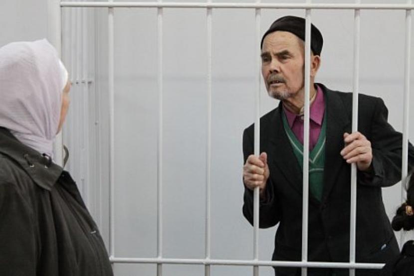 В Набережных Челнах в декабре 2015 года 85-летний Мисбах Сахабутдинов убил из самодельного ружья, переделанного под трость, 52-летнего травматолога Андрея Железнова. Причиной агрессии стало полученное «оскорбление»: в 2008 году Сахабутдинов пришёл на приём с травмой пальца руки, при осмотре врач попросил его снять тюбетейку, так как в верхней одежде посещать доктора нельзя. Пациент отказался это сделать и не хотел выходить из кабинета до оказания медпомощи, но его выпроводили. В 2013 году он первый раз пытался убить врача, но «трость» не сработала. Он исправил неполадки и в 2015 году застрелил Железнова одним выстрелом в грудь на пороге поликлиники, когда тот пришёл на работу. Свою вину он признал. Суд приговорил его к шести годам и трём месяцам колонии и штрафу в 300 тысяч рублей. Сахабутдинов отбывал наказание в исправительной колонии № 5 в посёлке Нижние Вязы, передаёт «Татар-Информ». Летом 2017 года комиссия по вопросам помилования в Татарстане поддержала ходатайство о помиловании 87-летнего Мисбаха Сахабутдинова в связи с возрастом, состоянием здоровья и полным возмещением им материального ущерба потерпевшей стороне.