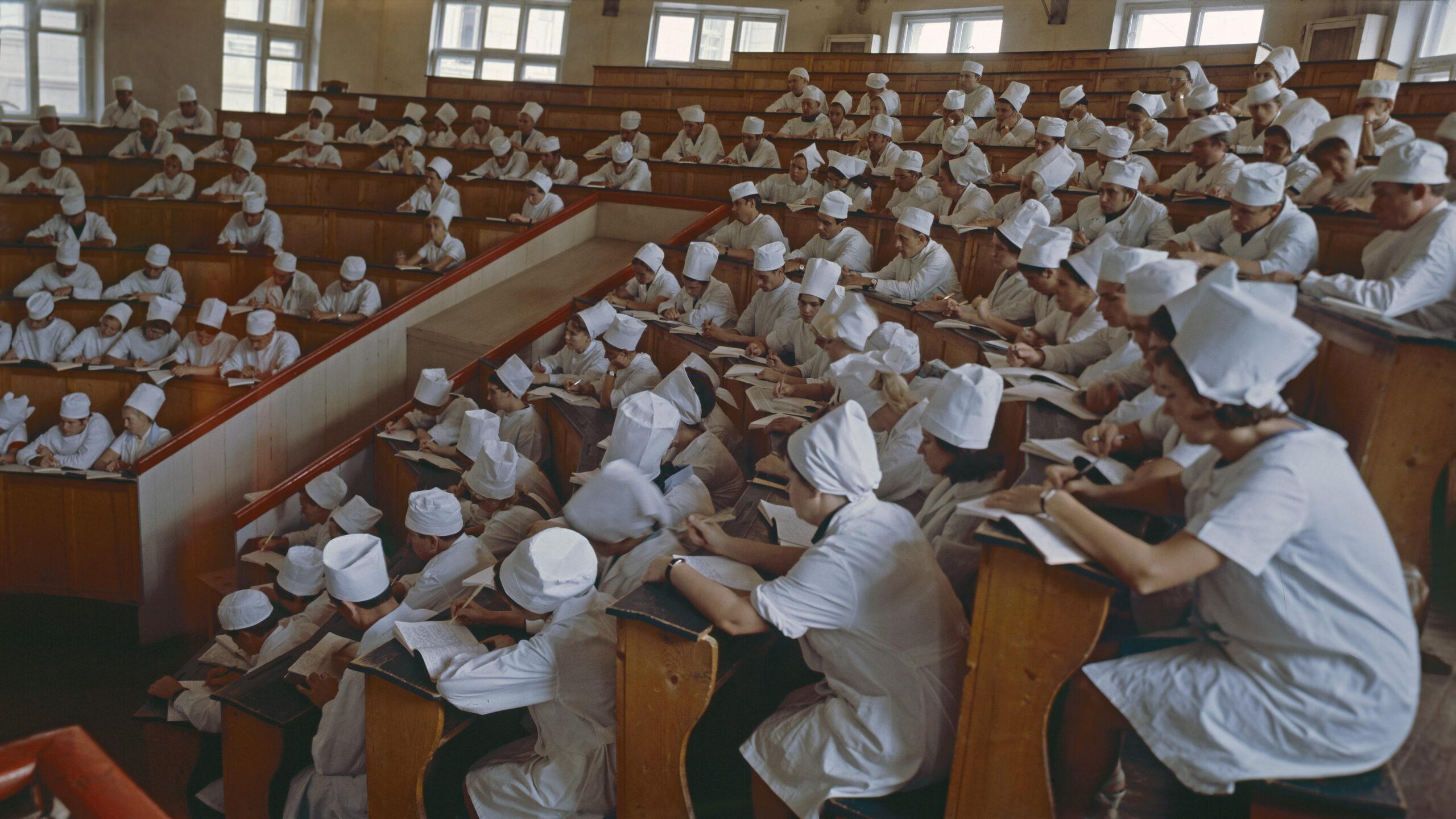 Студенты-медики пожаловались на то, что ВУЗы заставляют их уволиться из ковидариев