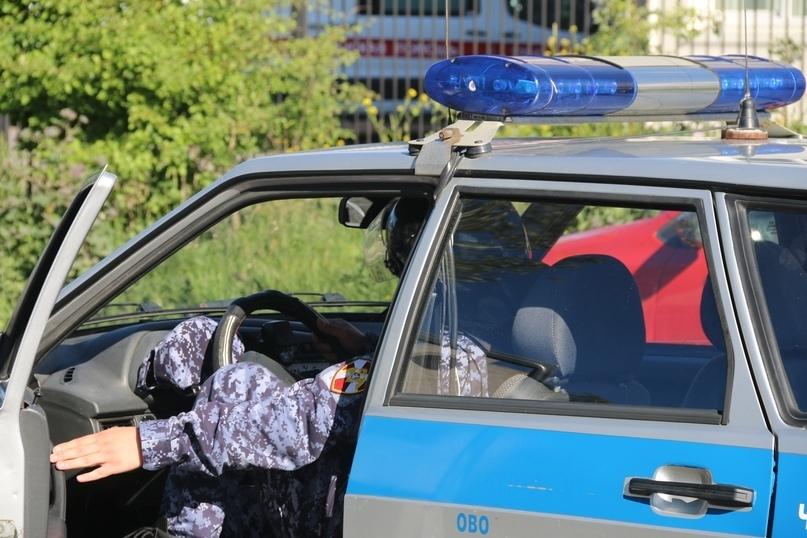 Пьяный петербуржец напал на врача «скорой» и повредил дверь автомобиля