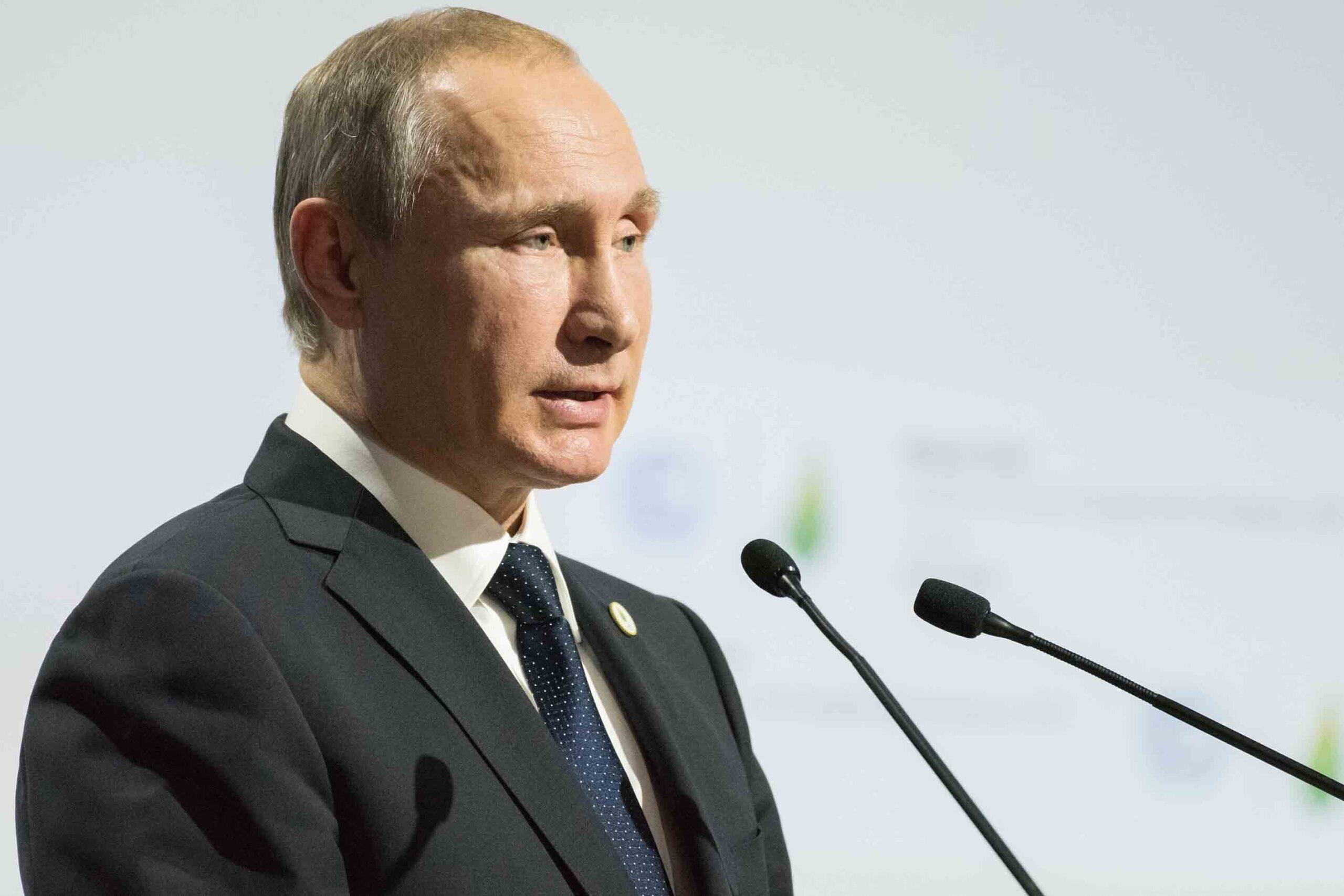 Путин поручил уменьшить забюрократизированность системы выплат медработникам