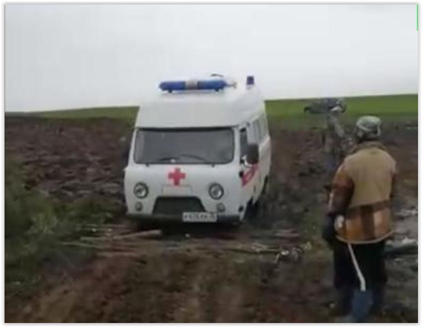 В Вологодской области «скорая» застряла в грязи из-за распаханной дороги