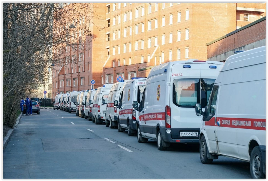 «Ошибка логистики»: В Комздраве Петербурга объяснили очередь из «скорых» в ковид-госпиталь