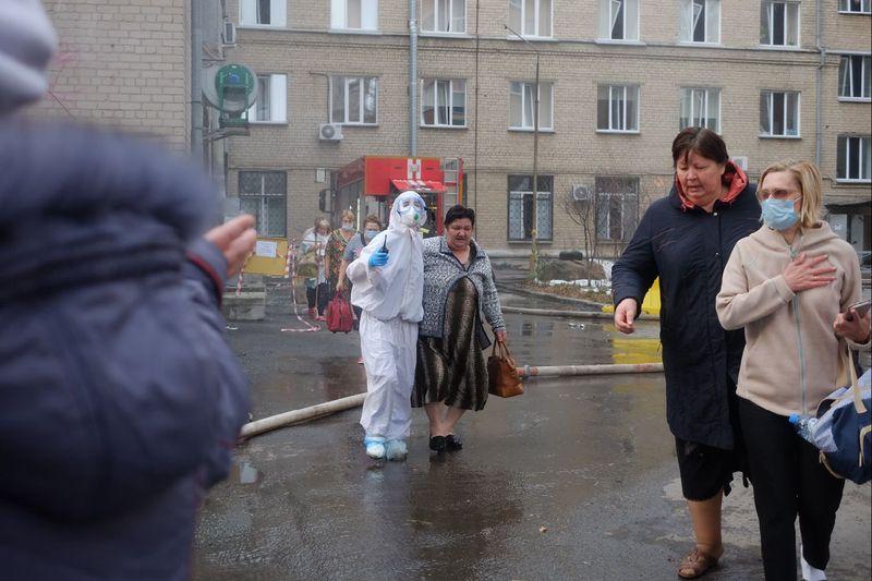 В Челябинске в горбольнице № 2, где лечат пациентов с коронавирусной инфекцией, произошёл взрыв на кислородной станции. По предварительным данным, причинами могли стать разгерметизация баллона объёмом в два куба или нарушения при монтаже или эксплуатации оборудования, так как оно новое и использовалось впервые. Пациентов эвакуировали сначала во временное помещение в спорткомплексе на стадионе Елесиной, а затем в другие медучреждения города, 13 пациентов сразу доставлены в реанимационное отделение. Жертв и пострадавших при пожаре нет. «Оборудование новое. Оно было смонтировано буквально несколько дней назад и сегодня оно впервые использовалось. Возможно, были нарушения при монтаже или нарушения при эксплуатации», – сообщил начальник ГУ МЧС России по региону Юрий Буренко, передают «РИА Новости».