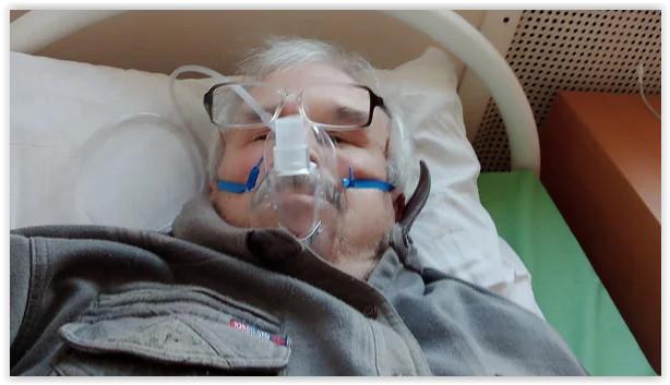 В Перми следственный комитет начал проверку обстоятельств смерти пенсионер Валерия Гилева. Несколько недель перед смертью он писал в социальных сетях о плохом самочувствии и отсутствии медпомощи. В частности, он писал, что по несколько дней не мог дождаться скорую помощь и в результате его отказались госпитализировать с поражением лёгких 45%. Власти региона сообщили, что помощь Гилеву была оказана в соответствии со стандартами. Об этом сообщил «Коммерсантъ».