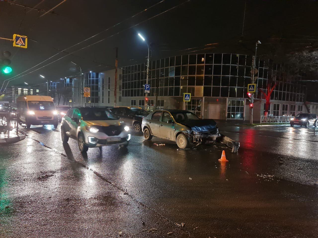 В Рязани во второй половине дня 2 ноября произошла авария с участием автомобиля скорой помощи и Renault Logan на пересечении улиц Братиславская и Гагарина. В результате пациент реанимобиля погиб, фельдшер и трое пассажиров иномарки пострадали. Об этом сообщили в оперштабе Рязанской области.