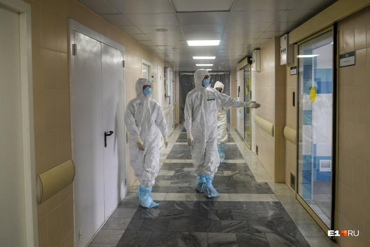 «Они сами согласились»: 72 врача ковид-госпиталя пожаловались в СК на сокращение зарплат втрое
