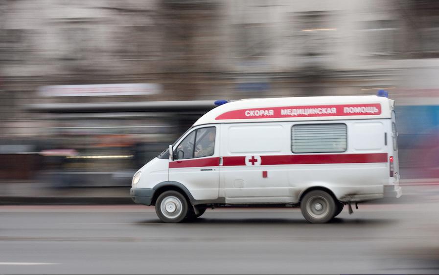 В Приморье погиб мужчина, который на ходу вышиб дверь «скорой» и выпал из неё