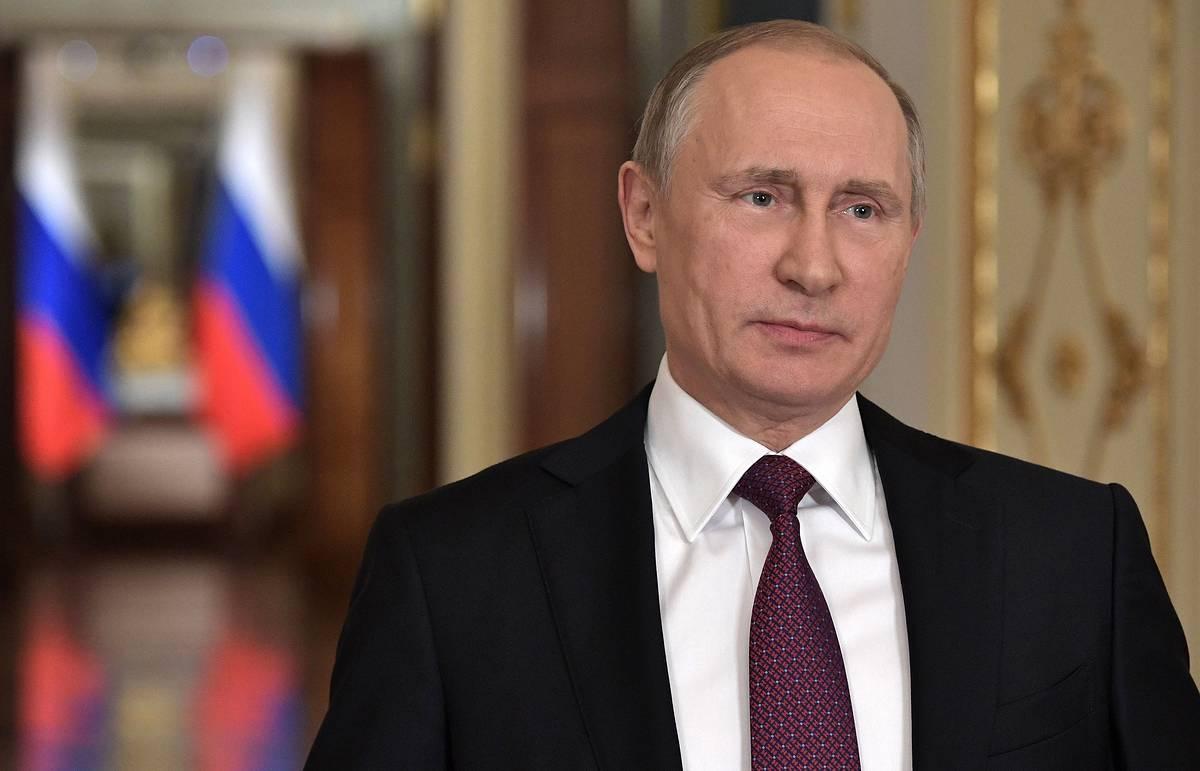 Путин поручил начать вакцинацию врачей от коронавируса