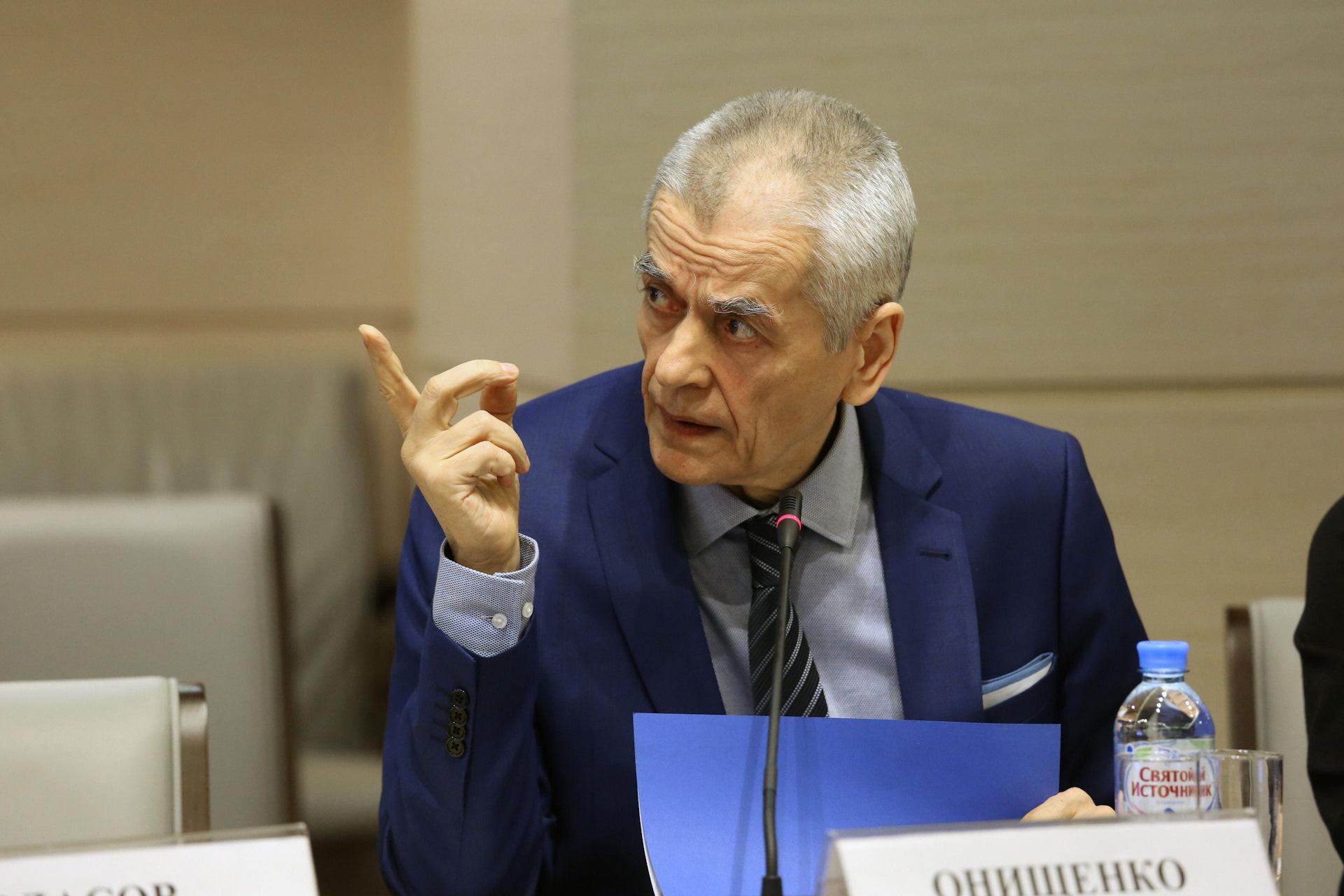 Онищенко назвал Дедов Морозов главными разносчиками коронавируса