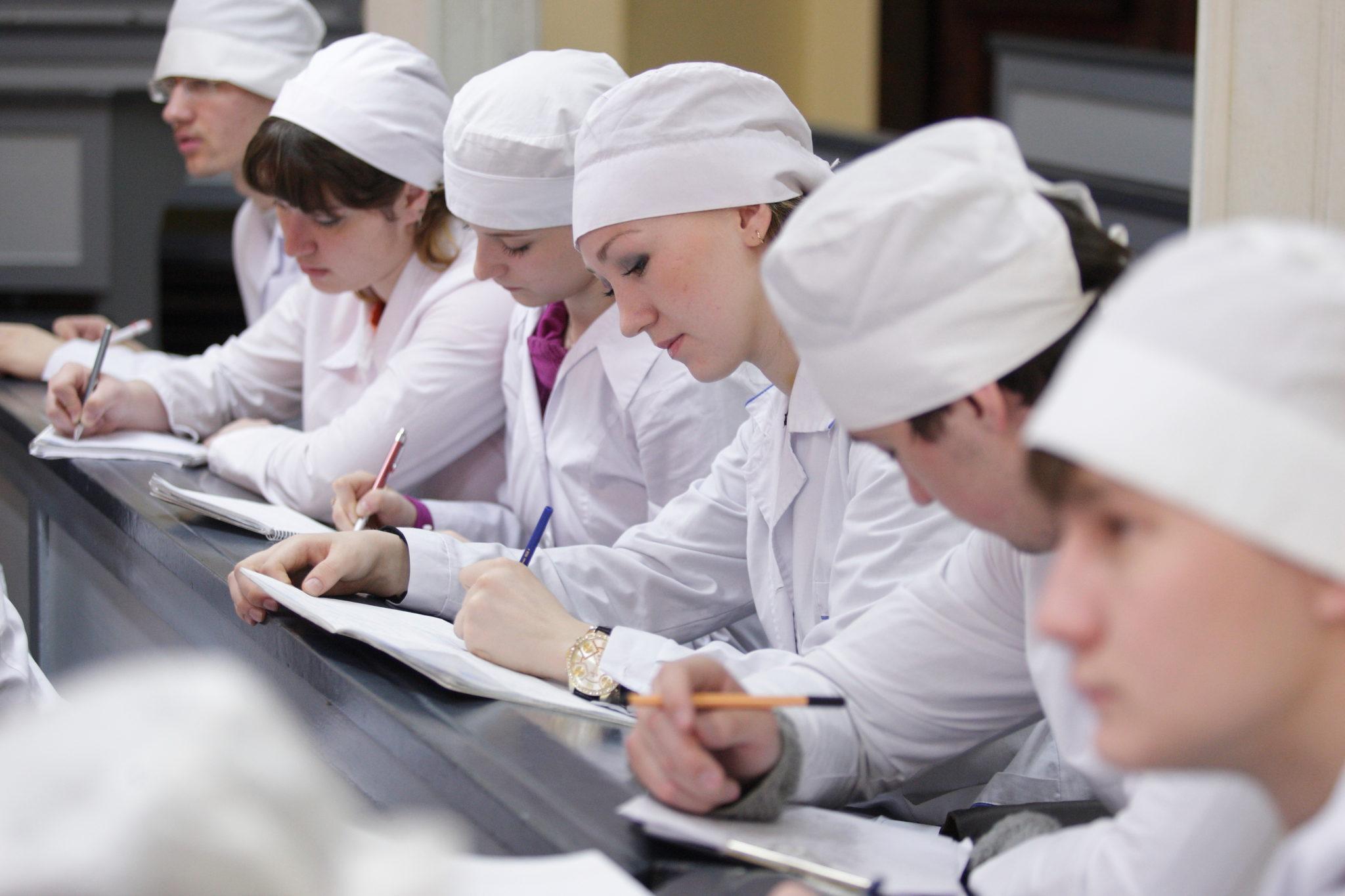 Студенты-медики, задействованные в борьбе с COVID, смогут перевестись с коммерции на бюджет