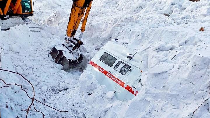 На Сахалине машину «скорой» накрыло снежной лавиной