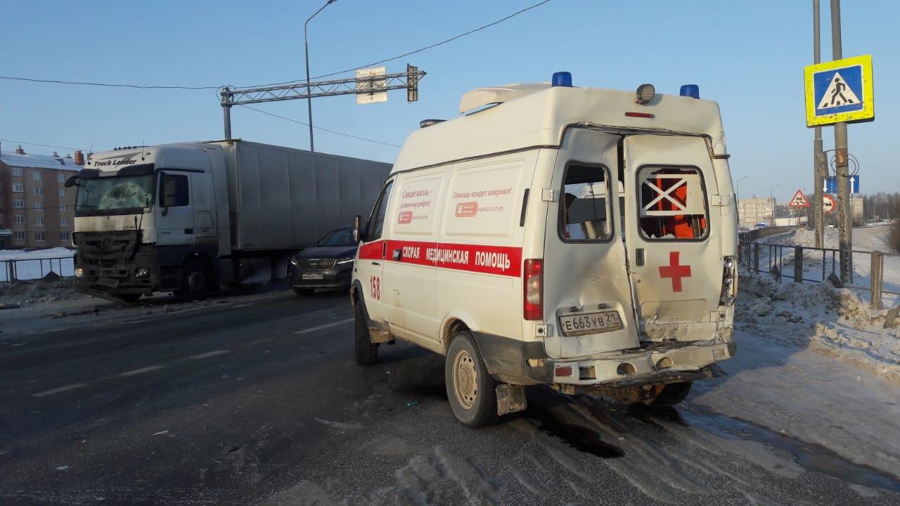 В ДТП с фурой пострадали водитель и фельдшер «скорой»