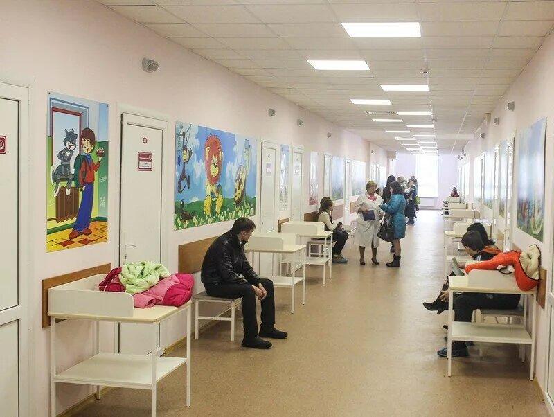 В Ярославле мужчина ворвался в детскую поликлинику с криками и угрозами, на одного мужчину напал