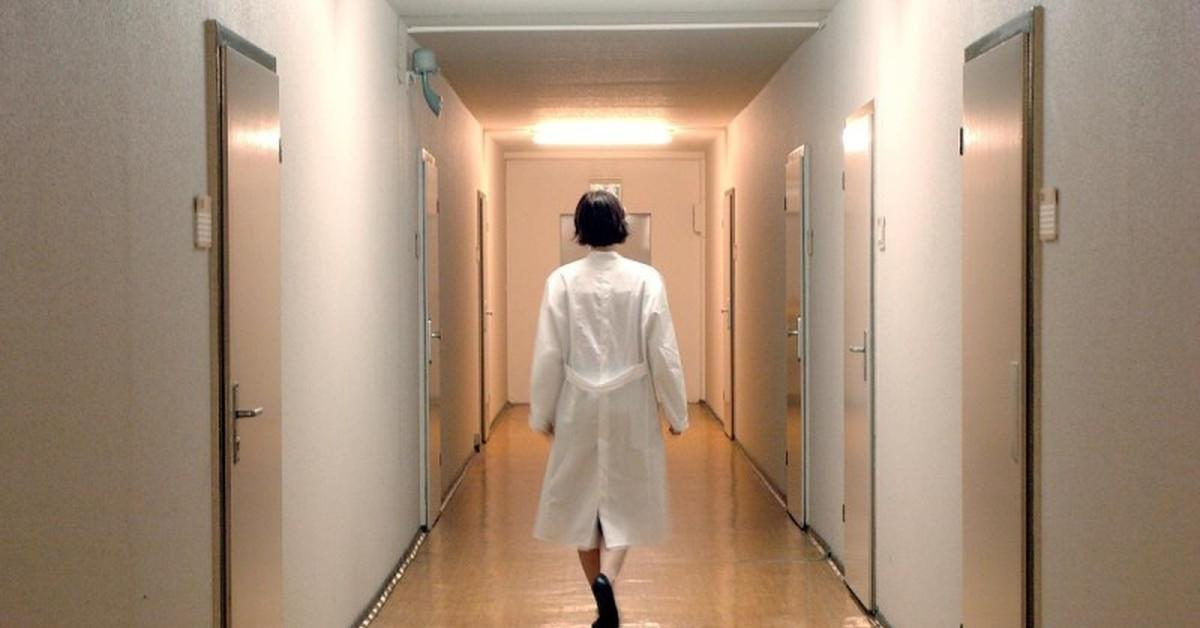 Медсестру осудят за кражу лекарств из больницы для платной детоксикации на дому