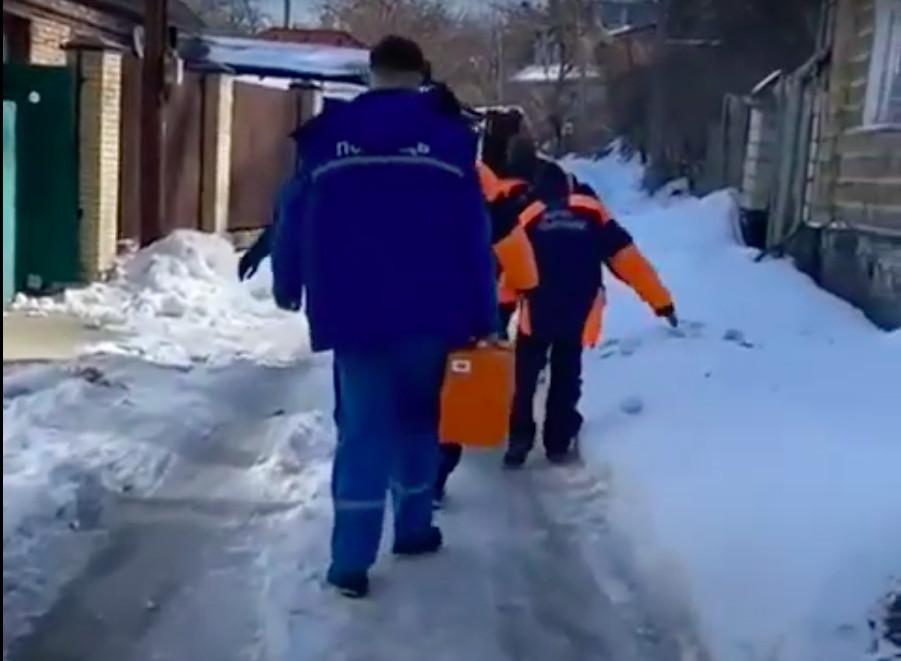 Прокуратура начала проверку: «скорая» с МЧС пешком несли до машины пациента с инсультом