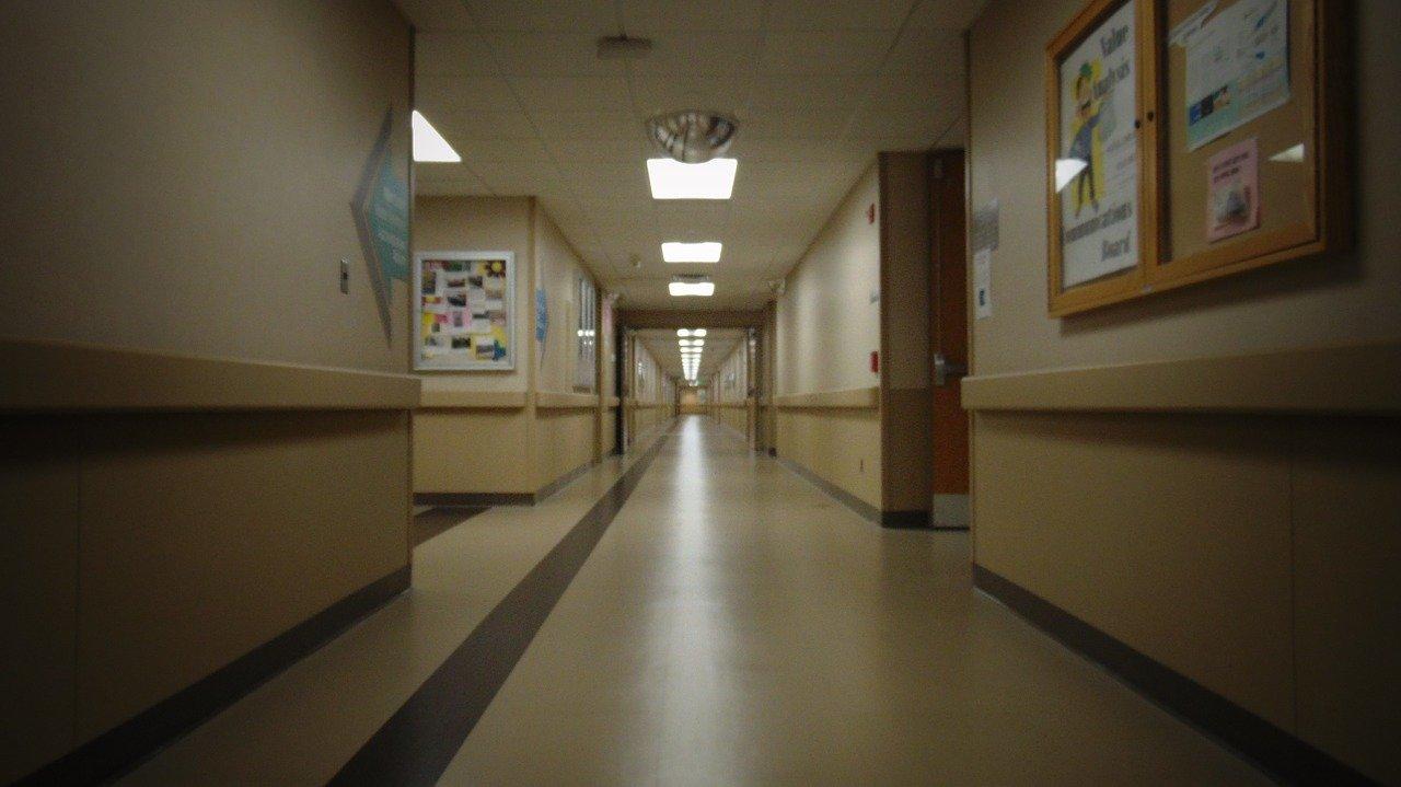 Медики Сахалинской больницы пожаловались на низкие зарплаты и переработки