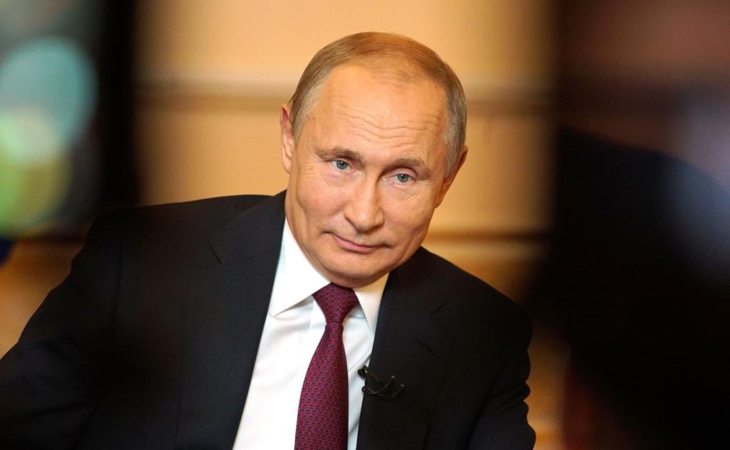 Путин поручил избавить врачей от бумажной работы