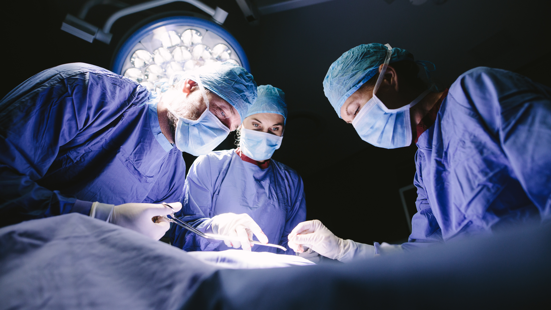 В отношении врача возбудили дело за установку пациентке с переломом б/у пластины