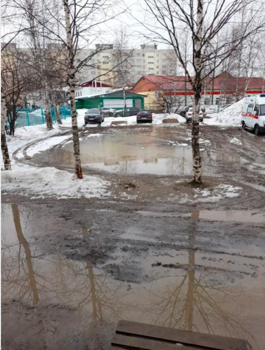 В ХМАО медработники «скорой» вынуждены были положить доски, чтобы можно было хоть как-то перевозить пациентов от машины к зданию СМП. Из-за нерасчищенного вовремя снега вокруг станции появились глубокие лужи и грязь. 7 апреля медработники едва не уронили пациента с носилок. Об этом «Мускун.fm» рассказал сотрудник учреждения.