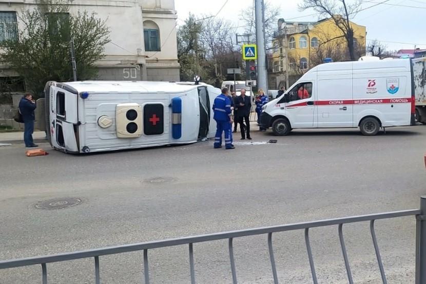 В Севастополе «скорая» перевернулась после столкновения с грузовиком