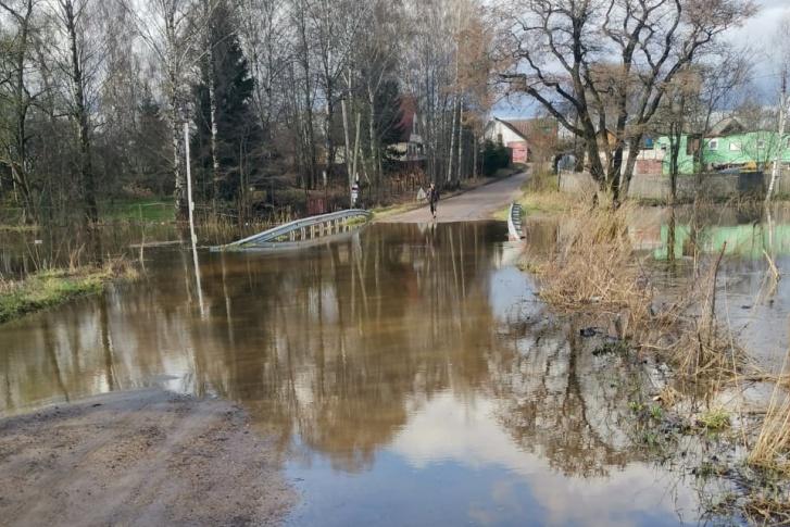 «Скорая» долго не могла добраться до пациентки из-за затопленного моста