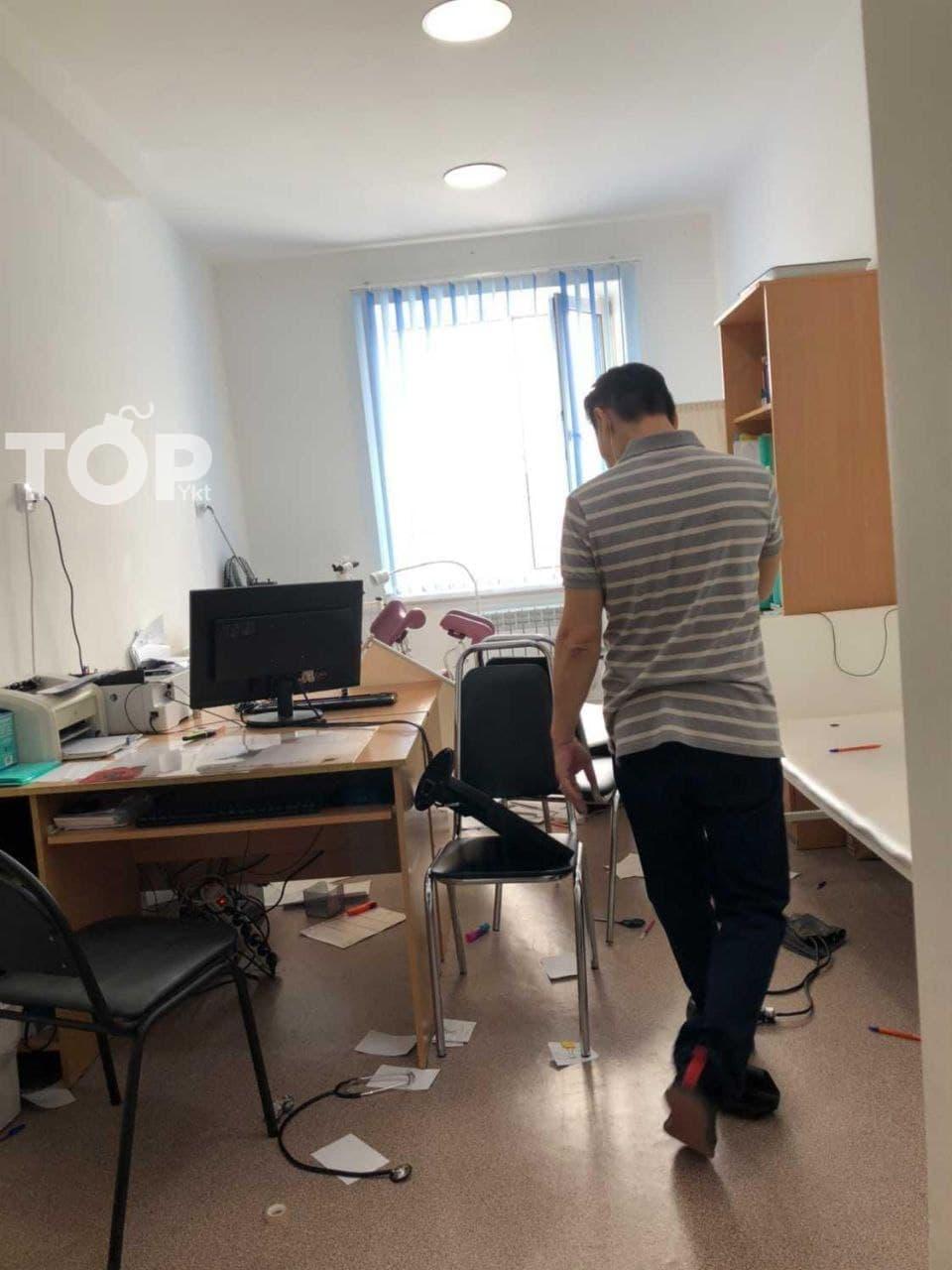 В городской поликлинике № 4 Якутска 12 мая пациентка напала на врача и устроила погром в кабинете. После этого она скрылась с места происшествия, правоохранители разыскивают её. Доктора госпитализировали в республиканскую больницу № 2. Причина конфликта неизвестна. О происшествии сообщили очевидцы в ТГ-канале «YKT TOP».