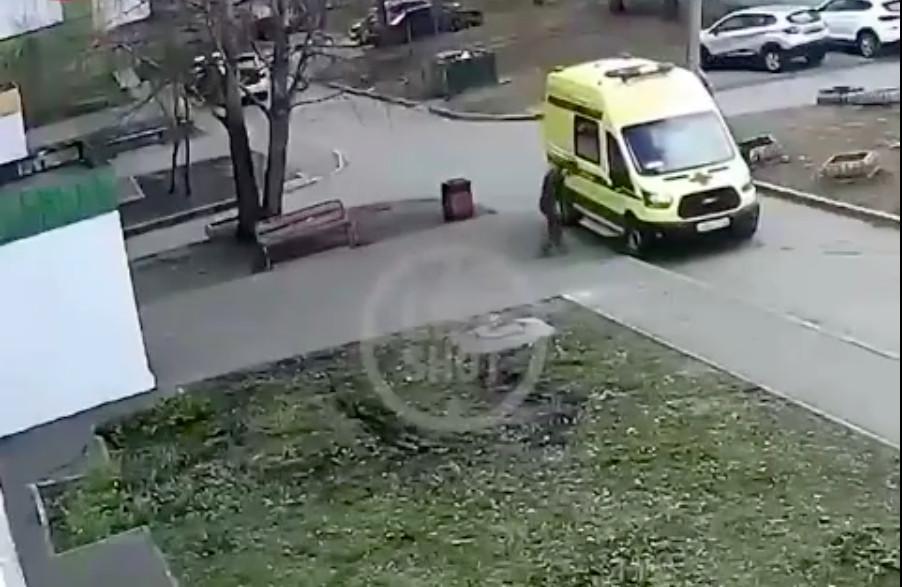 В Нижнекамске пьяный мужчина пробил головой окно машины «скорой»