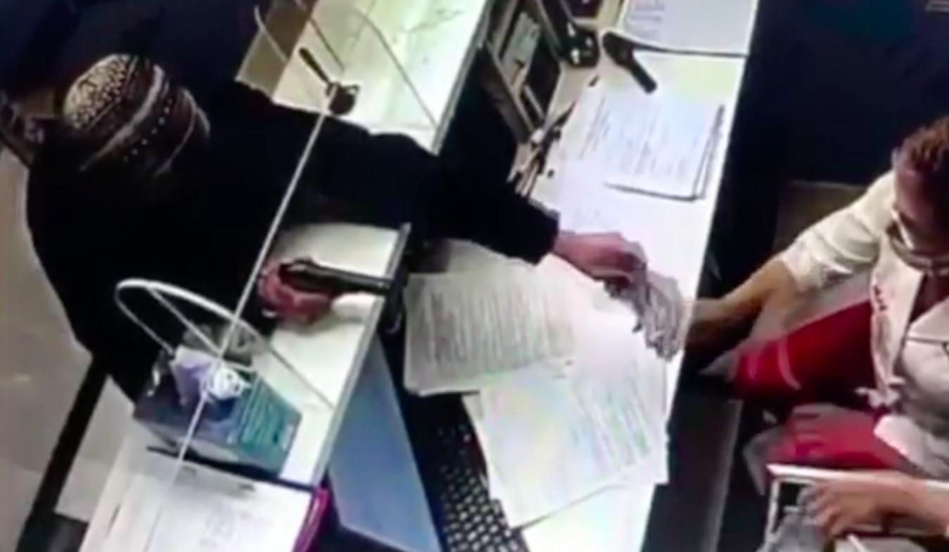 Петербуржец с пистолетом ограбил частную клинику на 16 тысяч рублей