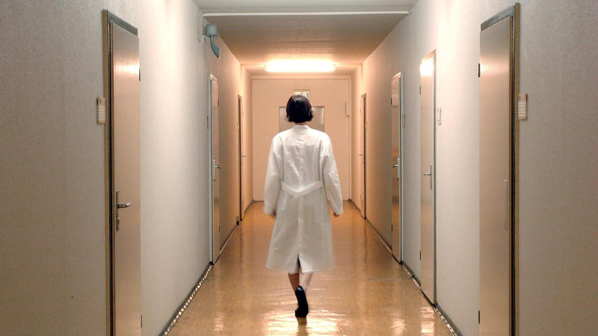 «Это рабские условия»: медсёстры массово увольняются из свердловской больницы