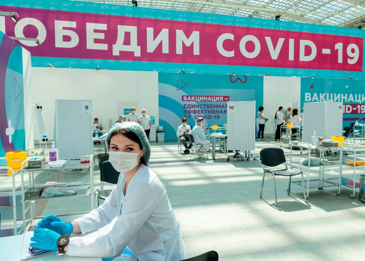 """В Москве открыли крупнейший в России и один из самых больших прививочных павильон от коронавируса в Европе. Прививочный центр расположен в Гостином дворе. Его пропускная способность составляет шесть тысяч человек в сутки. При необходимости его будут расширять и увеличивать время работы, чтобы принимать ещё больше желающих вакцинироваться. Новый большой павильон открыли потому, что маленькие пункты вакцинации уже не справлялись с потоком пациентов. Кроме того, в них нельзя было соблюдать социальную дистанцию. Сейчас же одновременно сделать прививку смогут 50 человек. «Последняя неделя показала некоторое снижение заболеваемости ковидом в городе, тем не менее сам уровень госпитализации, заболеваемости находится на очень высокой отметке. Как дальше поведет себя """"дельта"""" или другие мутации (а другие мутации, скорее всего, будут) — это уже консенсус большинства специалистов в этой области. Поэтому, конечно, чрезвычайно важно привиться, чтобы защитить себя и своих близких, а также спокойно работать и находиться в общественных местах», – отметил глава столицы Сергей Собянин. В нём соблюдены все правила эпидемиологической безопасности: разделены потоки людей, нанесена разметка для социальной дистанции, есть средства индивидуальной защиты, салфетки, дезинфицирующие средства, морозильные камеры для хранения вакцин и многое другое. Павильон будет работать с 10.00 до 21.00 без выходных. В нём можно привиться вакциной «Спутник V». Тут трудятся 10 врачей и 50 медицинских сестер, помогают им 50 сотрудников центров госуслуг «Мои документы» и 55 администраторов. На данный момент количество вакцинированных первым компонентом достигло трёх миллионов человек. Прививочный пункт, располагающийся на данный момент в ГУМе, закрывается."""