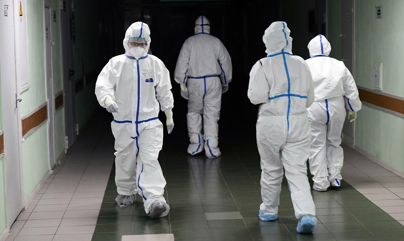 Роспотребнадзор разрешил заменить противочумные костюмы на хирургические халаты в «красной зоне»