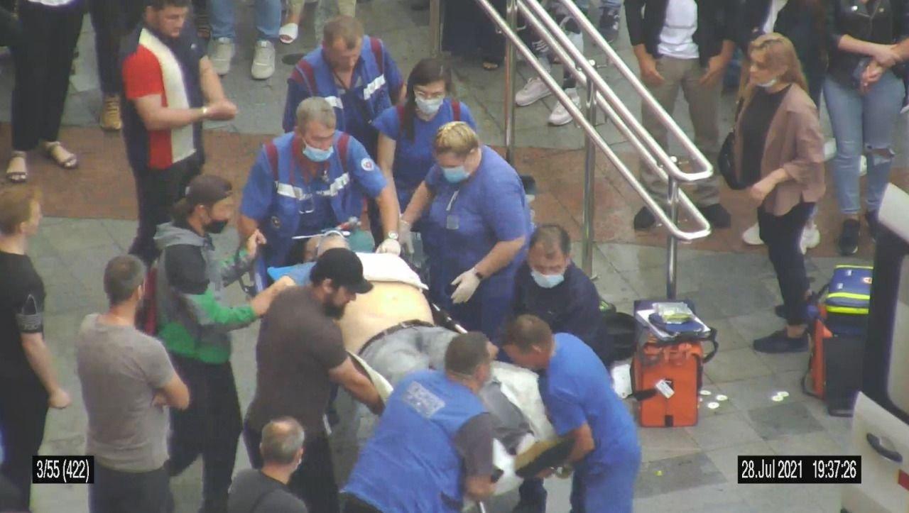 В Москве в районе станции метро «Пражская» мужчина потерял сознание. Ему вызвали скорую помощь. Медработники провели необходимые реанимационные действия и довезли пациента живым до стационара. Однако кто-то из очевидцев оказания медпомощи решил написать жалобу на непрофессионализм медиков. После проведения служебной проверки администрация ССИНМП объявила благодарность и премировала сотрудников бригады. В жалобе указывалось, что в работе бригад имеются недочёты: неправильно или не так эффективно проводили реанимацию, не применяли дефибриллятор тогда, когда это казалось автору письма необходимым, и не столь быстро прибыли на место вызова. В связи с этим администрацию медучреждения просили рассмотреть порядок оказания медпомощи.