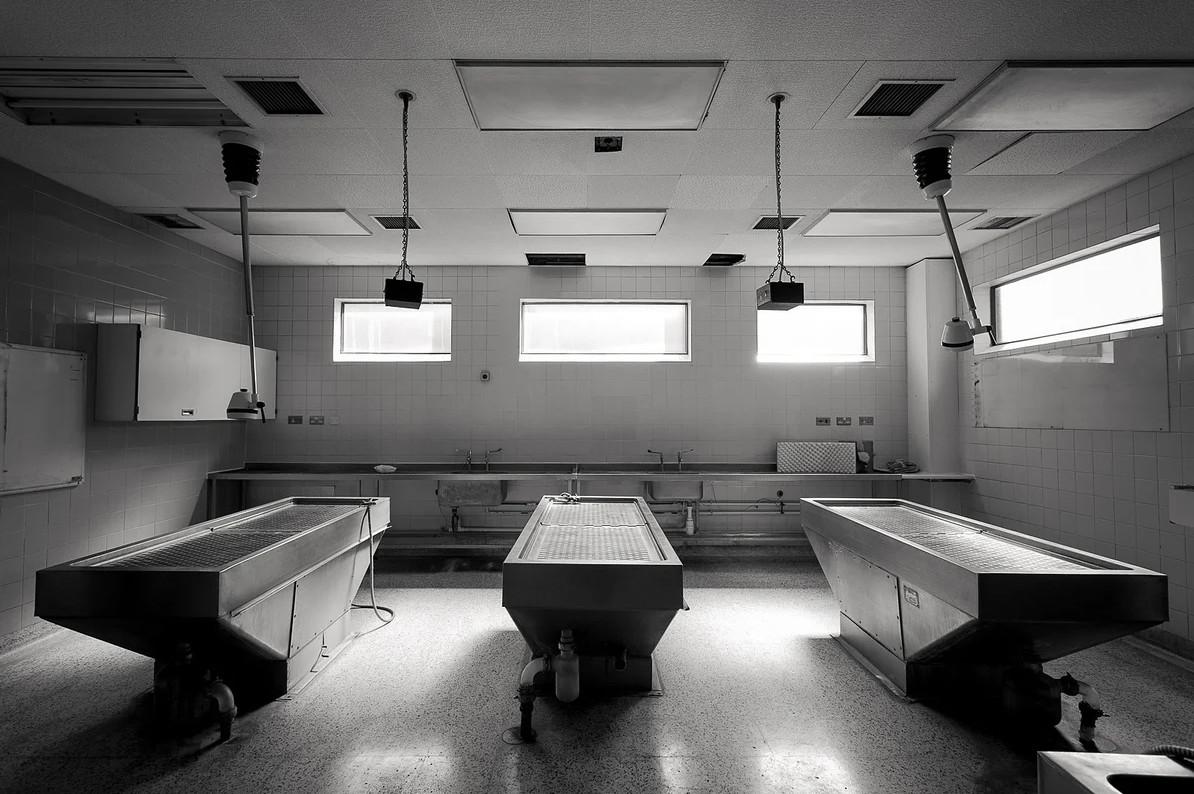 «Мёртвые не заразны»: Патологоанатомам Петербурга отменили коверные выплаты