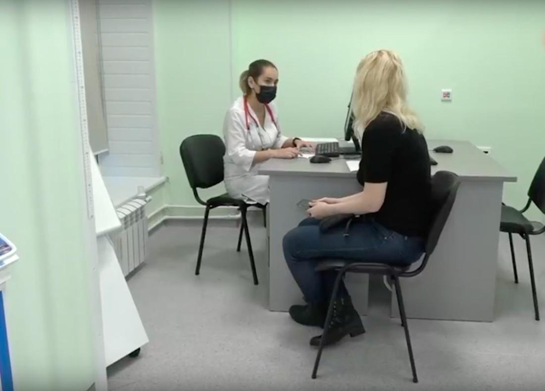 В Московской области Домодедовская больница запустила экспериментальную программу «Доктор рядом». Молодые врачи будут работать в отдельных офисах на два-три кабинета в жилых домах. Таким образом, максимально удалённый от терапевта дом будет размещён в 500 метрах. Таких офисов в городе уже девять, скоро их оснастят необходимым оборудованием для первичного осмотра. Об этом сообщил телеканал «360».